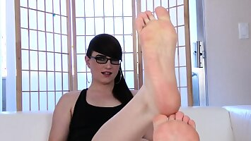 Dominant footfetish ts curls her toes